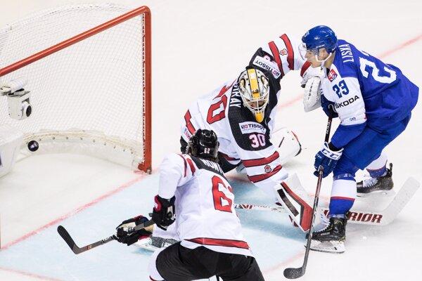 Adam Liška (vpravo) strieľa svoj druhý gól v zápase Slovensko - Kanada na MS v hokeji 2019.
