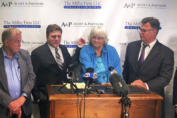 Zľava Alva Pilliod, právnik Brent Wisner, Alberta Pilliodová a právnik Michael Miller.