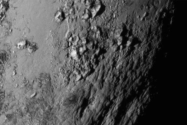 Na povrchu Pluta sú mladé hory.