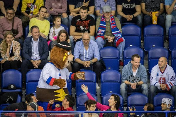Medveď Macejko je na MS v hokeji 2019 veľmi obľúbený.