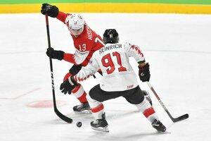 Nico Hischier (Švajčiarsko) a Dominique Heinrich (Rakúsko) v zápase základnej B-skupiny Švajčiarsko - Rakúsko.