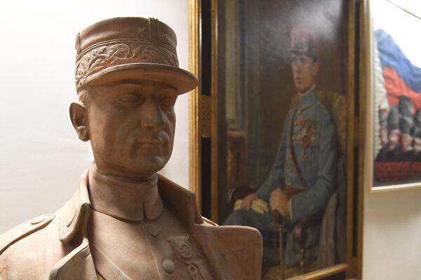 Busta generála Milana Rastislava Štefánika z pálenej hliny od sochára Jozefa Pospíšila.