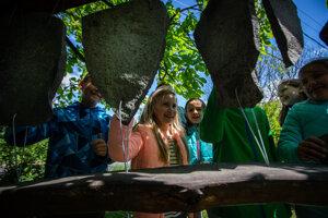 V záhradách sa deti učia nielen prírodovedné predmety, ale aj matematiku, slovenčinu či hudobnú. Na tomto kamennom litofóne na základnej škole v Badíne žiaci vedia zahrať jednoduché melódie.