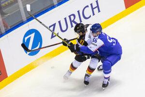 Súboj počas zápasu Nemecko - Slovensko na MS v hokeji 2019.