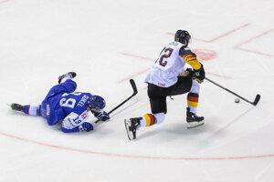 Matúš Sukeľ na zemi v zápase Nemecko - Slovensko na MS v hokeji 2019.