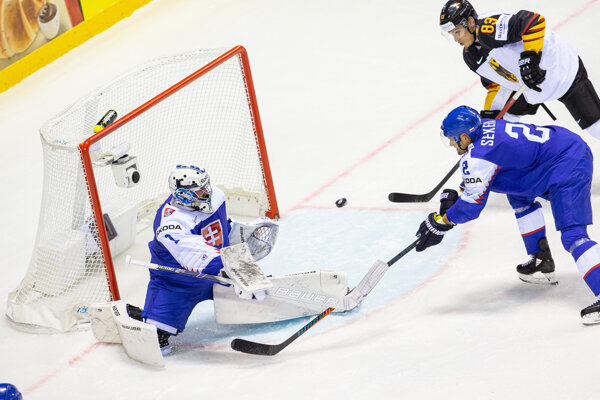 Marek Čiliak a Andrej Sekera v zápase Nemecko - Slovensko na MS v hokeji 2019.