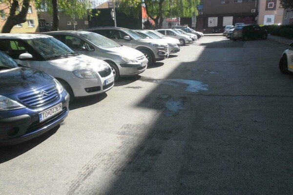 Znečistenie parkoviska olejom.