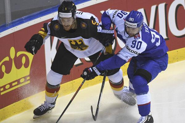 Korbinian Holzer (vľavo) v súboji s Tomášom Tatarom v zápase Slovensko - Nemecko na MS v hokeji 2019.