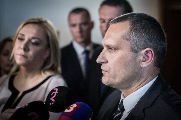 Ministerka vnútra Denisa Saková a riaditeľ Úradu pre ochranu ústavných činiteľov Radoslav Štrba.