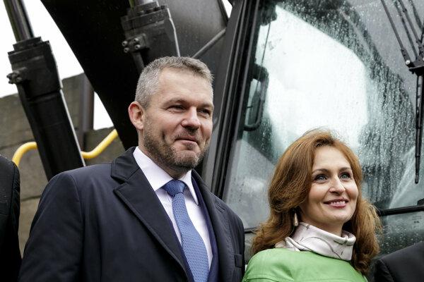 Premiér Peter Pellegrini (Smer) sa už hotuje, že skelet rozostavanej nemocnice na bratislavských Rázsochách započne sám s bágrom búrať. Na fotografii s ministerkou zdravotníctva Andreou Kalavskou (nominantka Smeru).
