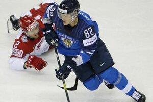 499a84261b123 Harri Pesonen a Phillp Bruggisser v zápase Fínsko - Dánsko na MS 2019 v  hokeji.