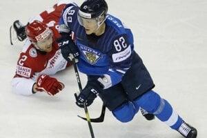 Harri Pesonen a Phillp Bruggisser v zápase Fínsko - Dánsko na MS 2019 v hokeji.