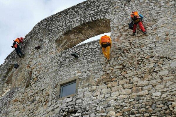 Práce horolezcov na Spišskom hrade.