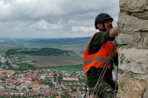 Práce na hradnom múre.