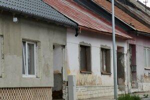 Pred týmto domom sa chlapci hrali, keď im tam spadla lopta.