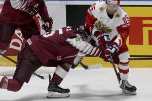 Oskars Batna (vľavo) bráni Michajľa Grigorenka v zápase Lotyšsko - Rusko na MS v hokeji 2019.