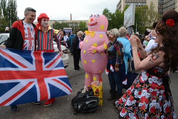 Mnohí britskí fanúšikovia zabávajú aj svojím imidžom.