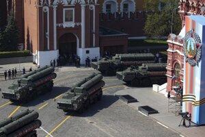 Ruské systémy S-400 počas vojenskej prehliadky.