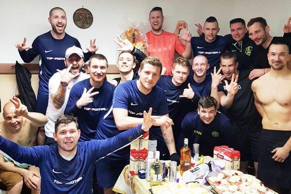 Futbalisti Mostovej sa tešili z hladkej výhry 7:2 nad Vozokanmi.
