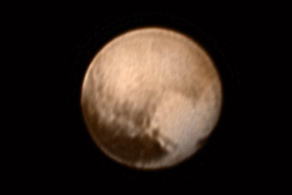 Sonda New Horizons preletí v utorok okolo Pluta. Bývala planéta je v skutočnosti červenkastá.