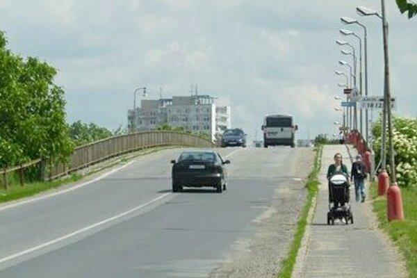 Dlhšia obchádzková trasa = drahšie cestovanie. V Leviciach to začne platiť v sobotu 25. mája. Vtedy nadjazd zatvoria.