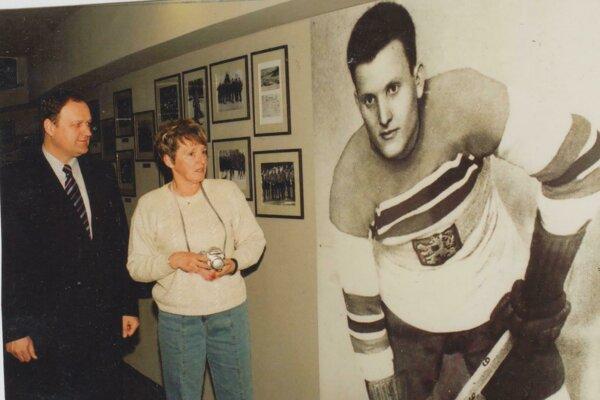 Dcéra Ladislava Trojáka Jana Alexander Trojáková spoločne s vtedajším generálnym riaditeľom HC Košice Jurajom Bakošom pred fotografiou jej otca v Sieni slávy košického hokeja v roku 2006.