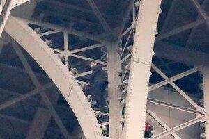 Muž, ktorý liezol na Eiffelovu vežu, je údajne ruskej národnosti a žiada o azyl.