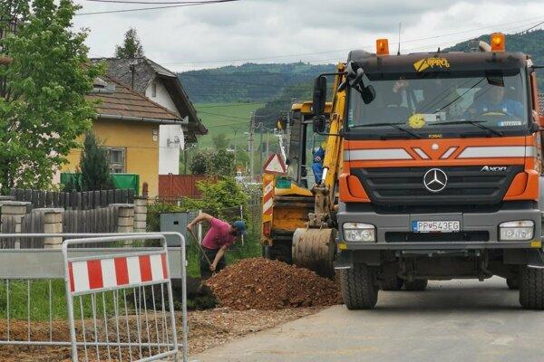 Práce na kanalizácii v Markušovciach.