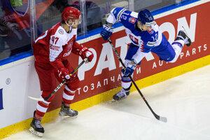 Dávid Bondra pri puku v zápase Slovensko - Dánsko na MS v hokeji 2019