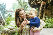 Kate, vojvodkyňa z Cambridgea, a jej syn Louis sa hrajú v záhrade Back to Nature.