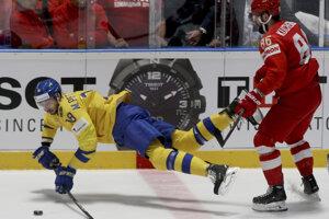 Marcus Pettersson (vľavo) a Nikita Kučerov v zápase Švédsko - Rusko na MS v hokeji 2019.