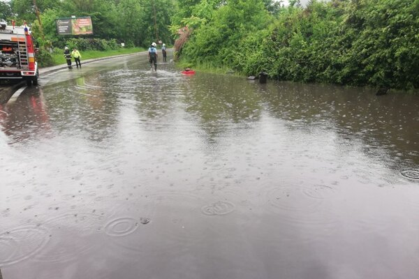 So zatopenými cestami bojovali aj v Žiline.