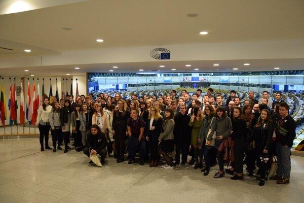 Účastníci putovania v Európskom parlamente, sú medzi nimi aj študenti z nášho regiónu.