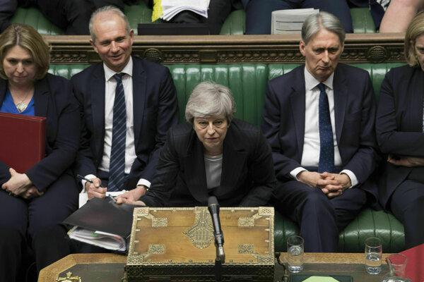 Mayová sa zatiaľ drží v premiérskom kresle.