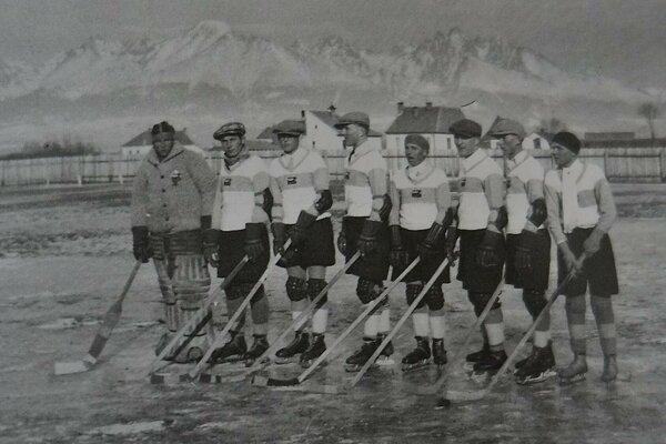 Fotografia z prvého zápasu v histórii Popradu. Z prvého dielu publikácie Dejiny hokeja v Poprade.
