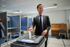 Holandský premiér Mark Rutte odovzdáva svoj hlas v eurovoľbách, jeho strana podľa exit pollov obsadila druhé miesto.