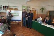 Investor Peter Hajaš (v strede) si vypočul negatívne názory obyvateľov.
