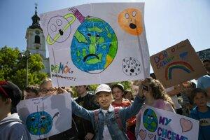 Protestujúci počas 3. celosvetového študentského štrajku za budúcnosť klímy v Bratislave.