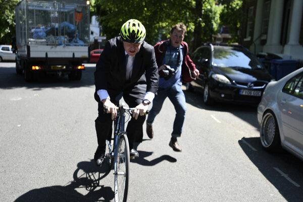 Boris Johnson vyráža voliť do Európskeho parlamentu.