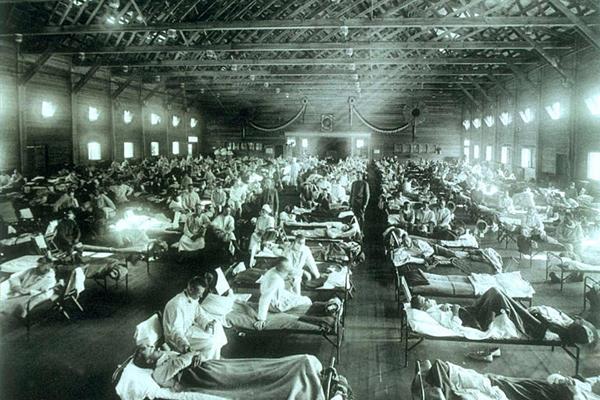 Pohotovostná vojenská nemocnica počas pandémie španielskej chrípky v americkom Kansase.