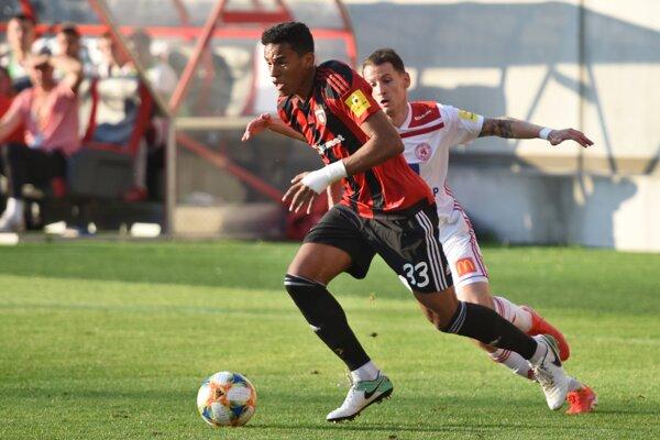 Rafael Tavares (v popredí) a Joey Sleegers v zápase posledného 10. kola Fortuna ligy v skupine o záchranu FC Spartak Trnava - AS Trenčín v Trnave 24. mája 2019.