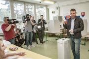Pellegrini vo volebnej miestnosti v priestoroch Základnej školy Bakossova v Banskej Bystrici.