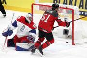 Mark Stone strieľľa úvodný gól semifinále Kanada - Česko na MS v hokeji 2019.