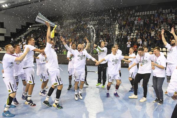 Na snímke hádzanári Tatrana Prešov oslavujú zisk v poradí 15. slovenského majstrovského titulu 25. mája 2019 v Prešove.