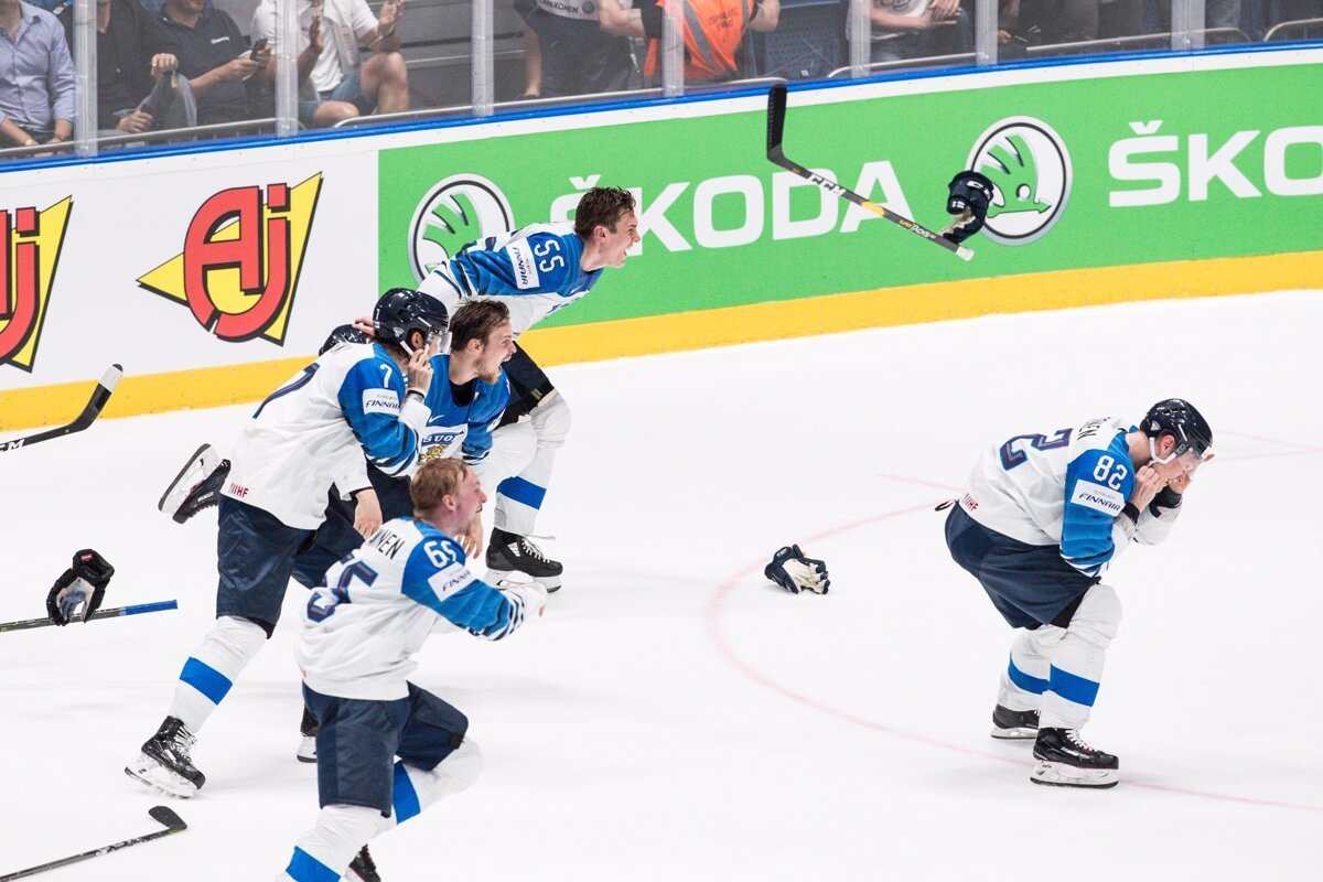 cc68226cd7cd2 Hokejisti Fínska oslavujú majstrovský titul po víťazstve nad Kanadou na MS  v hokeji 2019.
