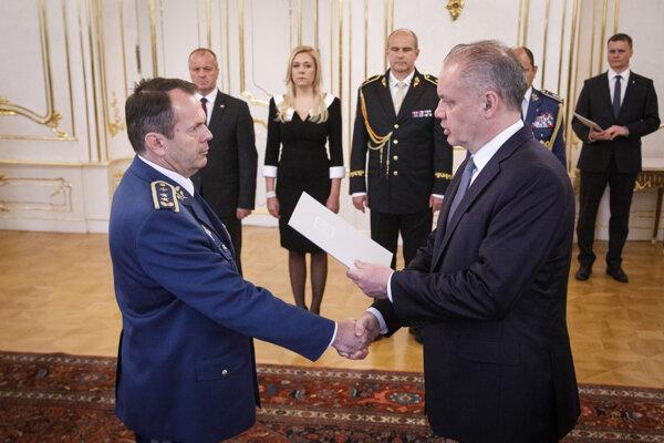 Novovymenovaný generálmajor Miroslav Lorinc a prezident Andrej Kiska počas menovania.