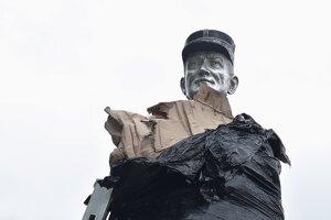 Časť hliníkovej sochy Milana Rastislava Štefánika vytŕča z ochrannej fólie.