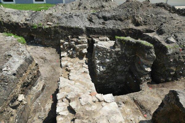 Nečakane dobre zachovanú sústavu múrov a pilierov z obdobia stredoveku a novoveku odhalili práce na inžinierskych sieťach v kaštieli v Holíči.