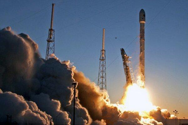 Štart rakety Falcon 9, ktorá by mala vyniesť na obežnú dráhu malé satelity.