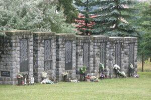 Pamätník na handlovskom cintoríne.